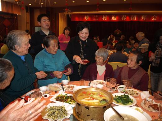 钱月宝书记年年和梦兰村的老人们一起吃年夜饭